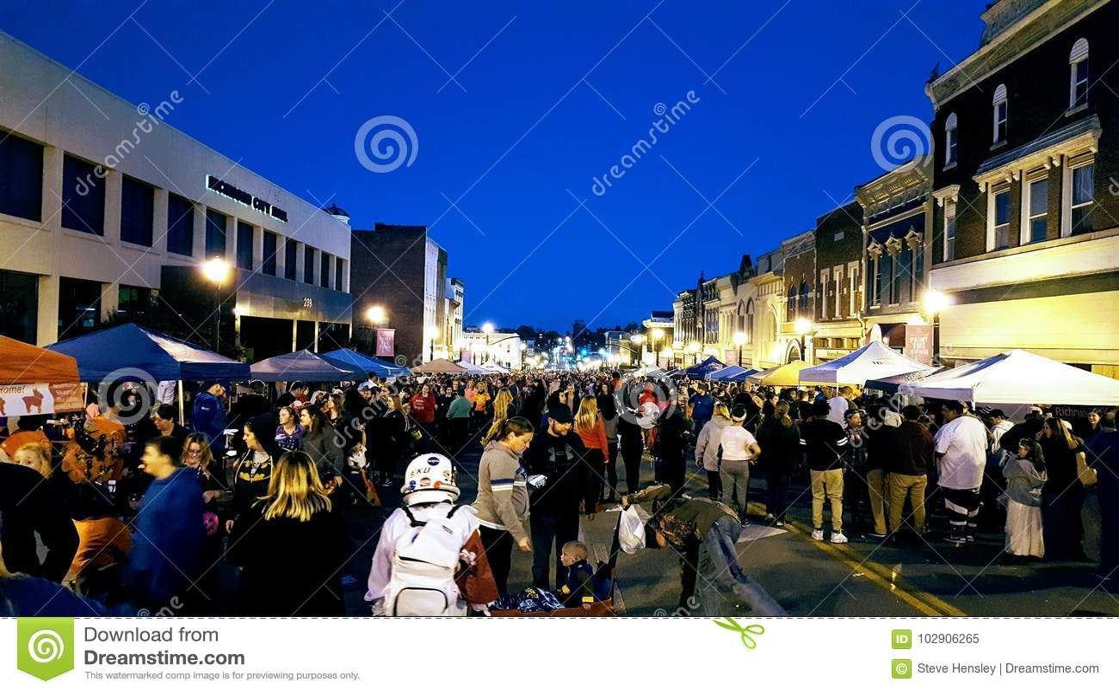 Richmond, KY US - eine Menge tritt um vendor& x27 zusammen; s-Zelte während des jährlichen Halloween-Hoedown
