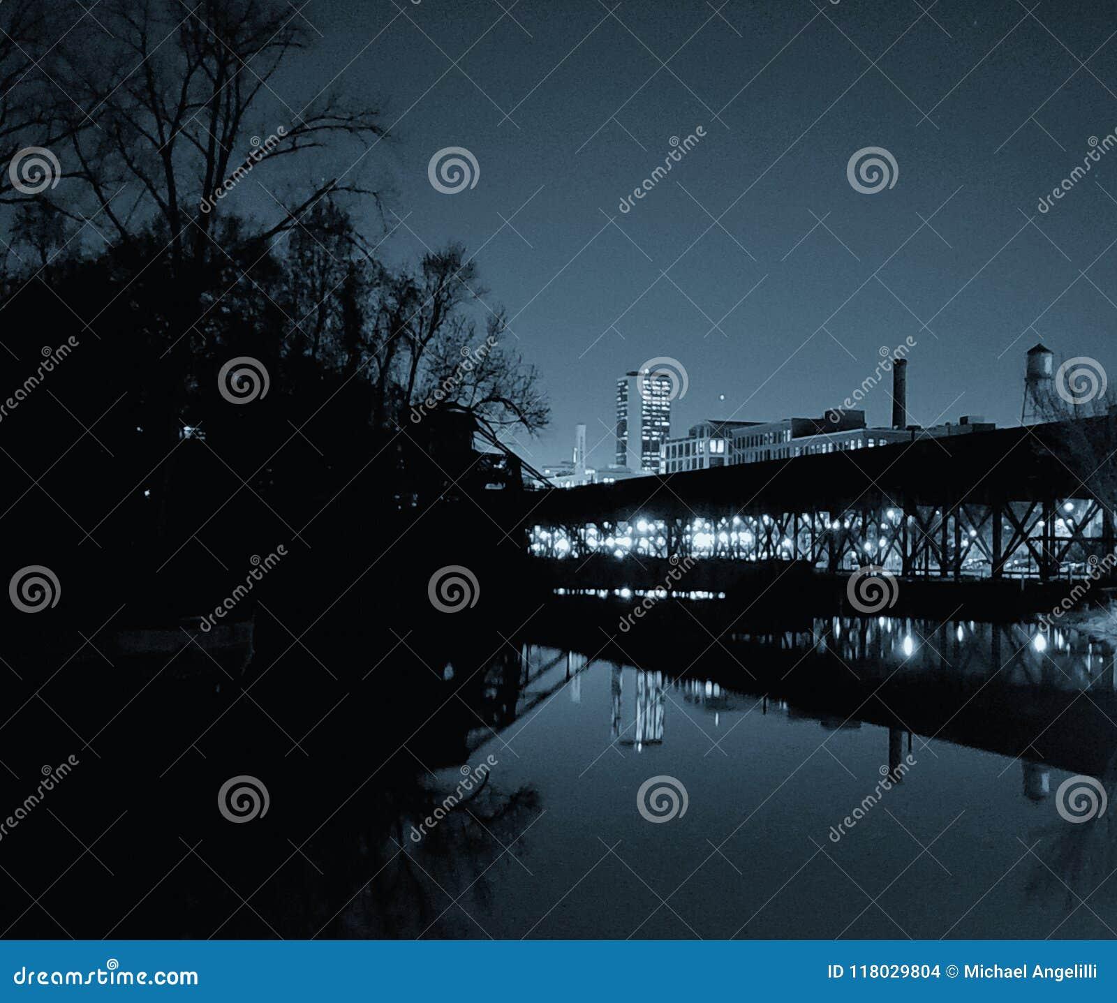 Richmond, paesaggio urbano di VA ha riflesso sull acqua calma
