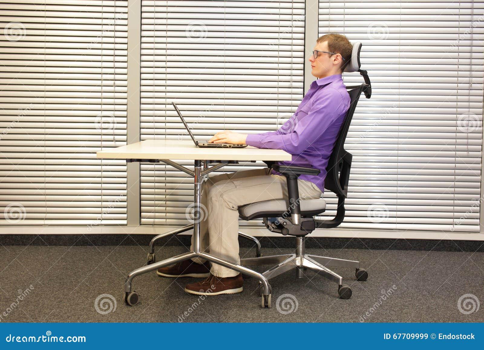 richtige sitzposition am arbeitsplatz mann auf dem stuhl der mit laptop arbeitet stockbild. Black Bedroom Furniture Sets. Home Design Ideas