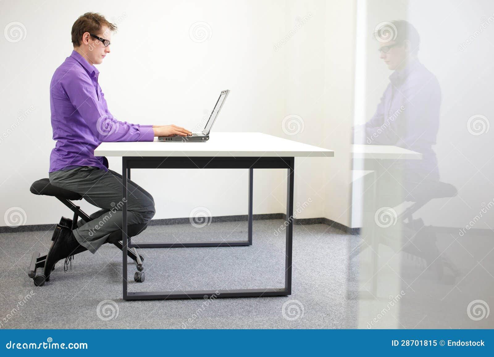 richtige sitzposition am arbeitsplatz mann auf knienstuhl stockbild bild 28701815. Black Bedroom Furniture Sets. Home Design Ideas