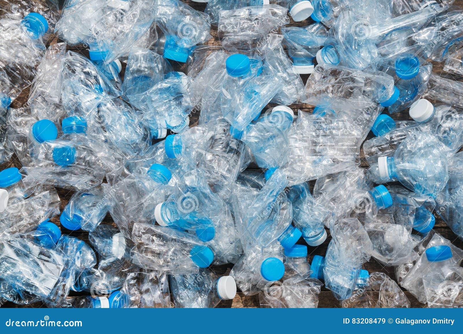 Riciclaggio del concetto problema di ecologia, inquinamento ambientale Fondo della rete blu trasparente delle bottiglie di plasti