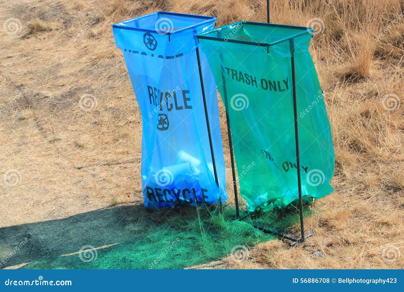 Riciclaggio eliminabile pubblico e bidoni della spazzatura