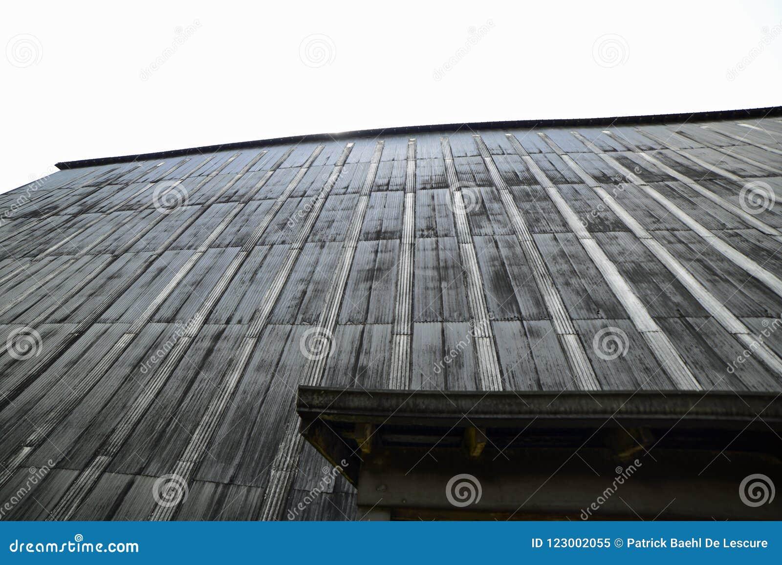 Rickhouse que guarda milhares de bourbon barrels lentamente o amadurecimento