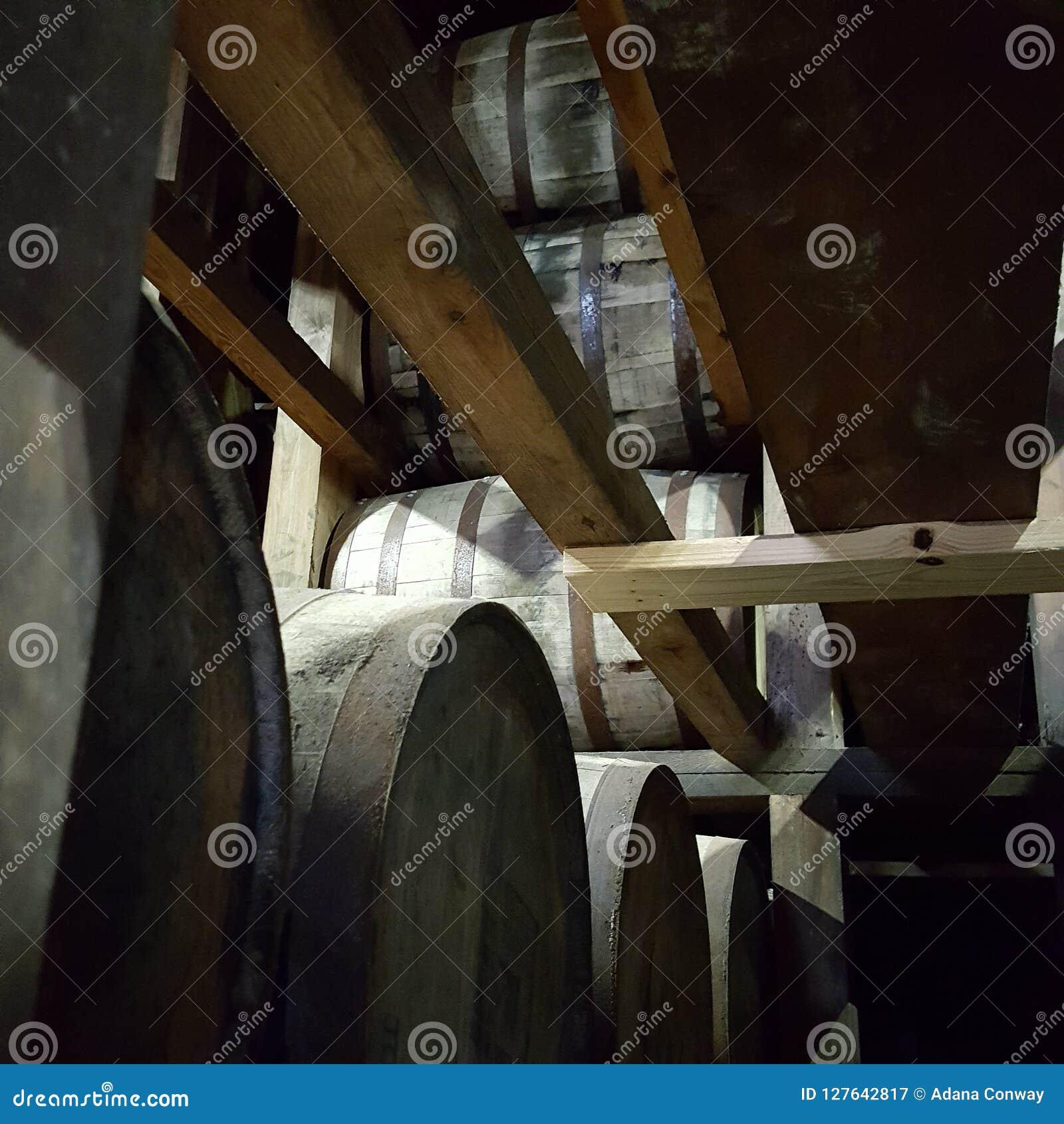 Rickhouse stojaki z wypełniać baryłkami bourbon