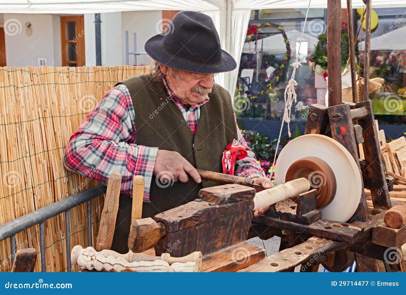 Un artigianale che lavora il legno con un tornio antico for Costruire un tornio per legno