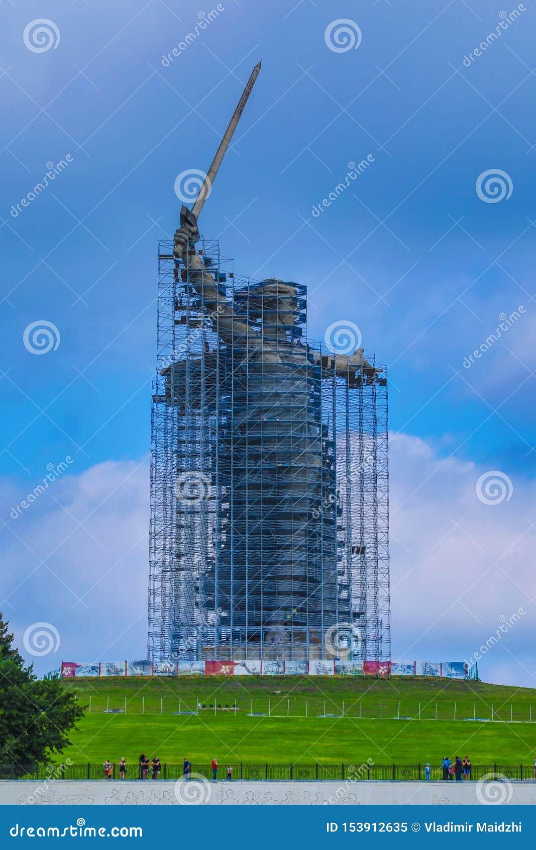 Ricostruzione della statua le chiamate della patria su Mamayev Kurgan a Volgograd