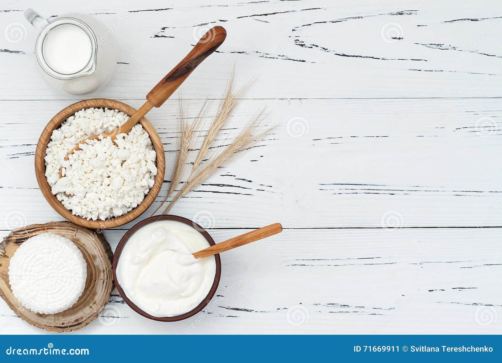 Ricotta fresca casalinga a pasta molle di ricotta Formaggio di Tzfat con i grani del grano Simboli della festa giudaico cristiana