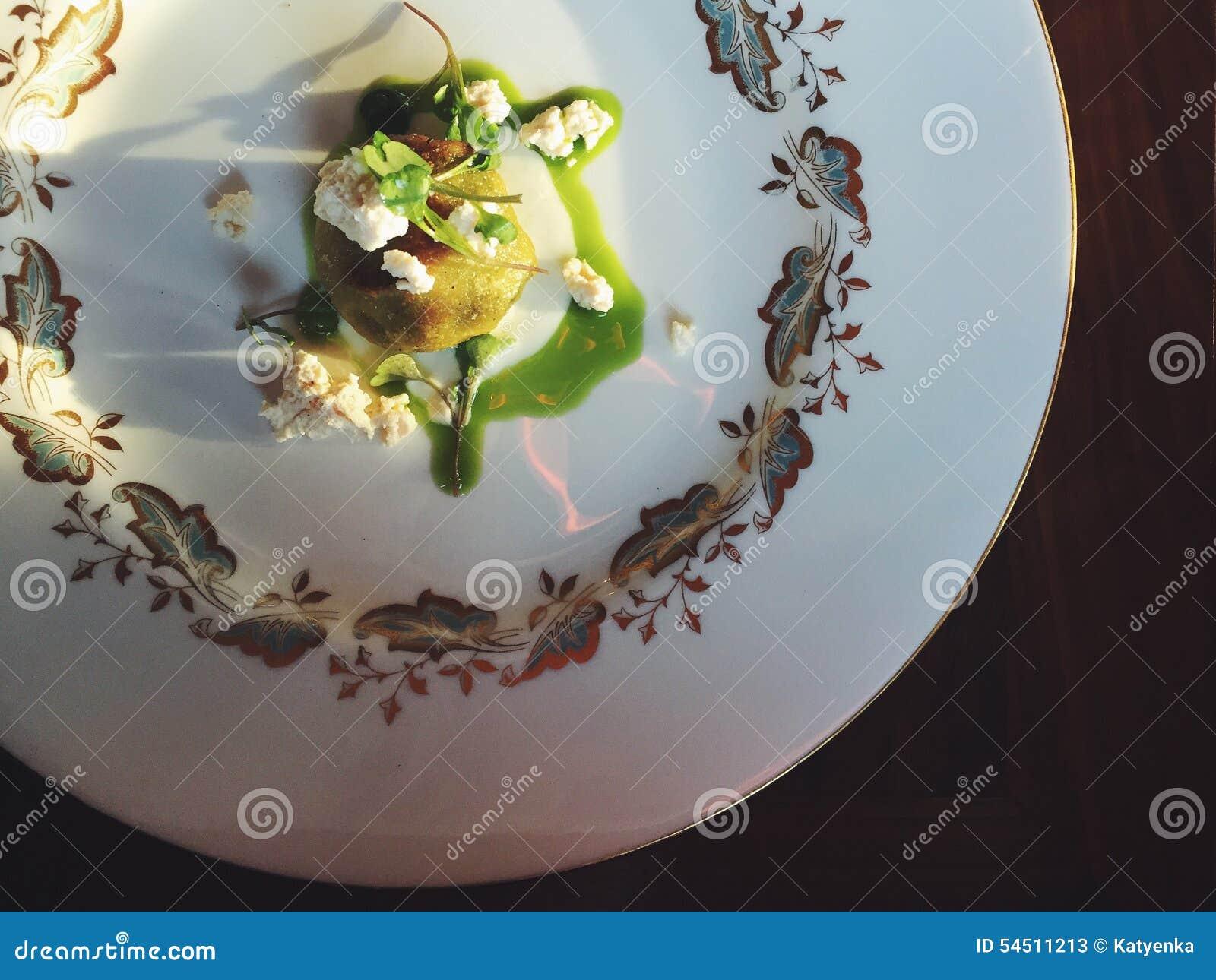 Ricottagnudi met afgebrokkelde ricotta groene netelpuree en microgreens stock afbeelding - Ontwerp voorgerecht ...