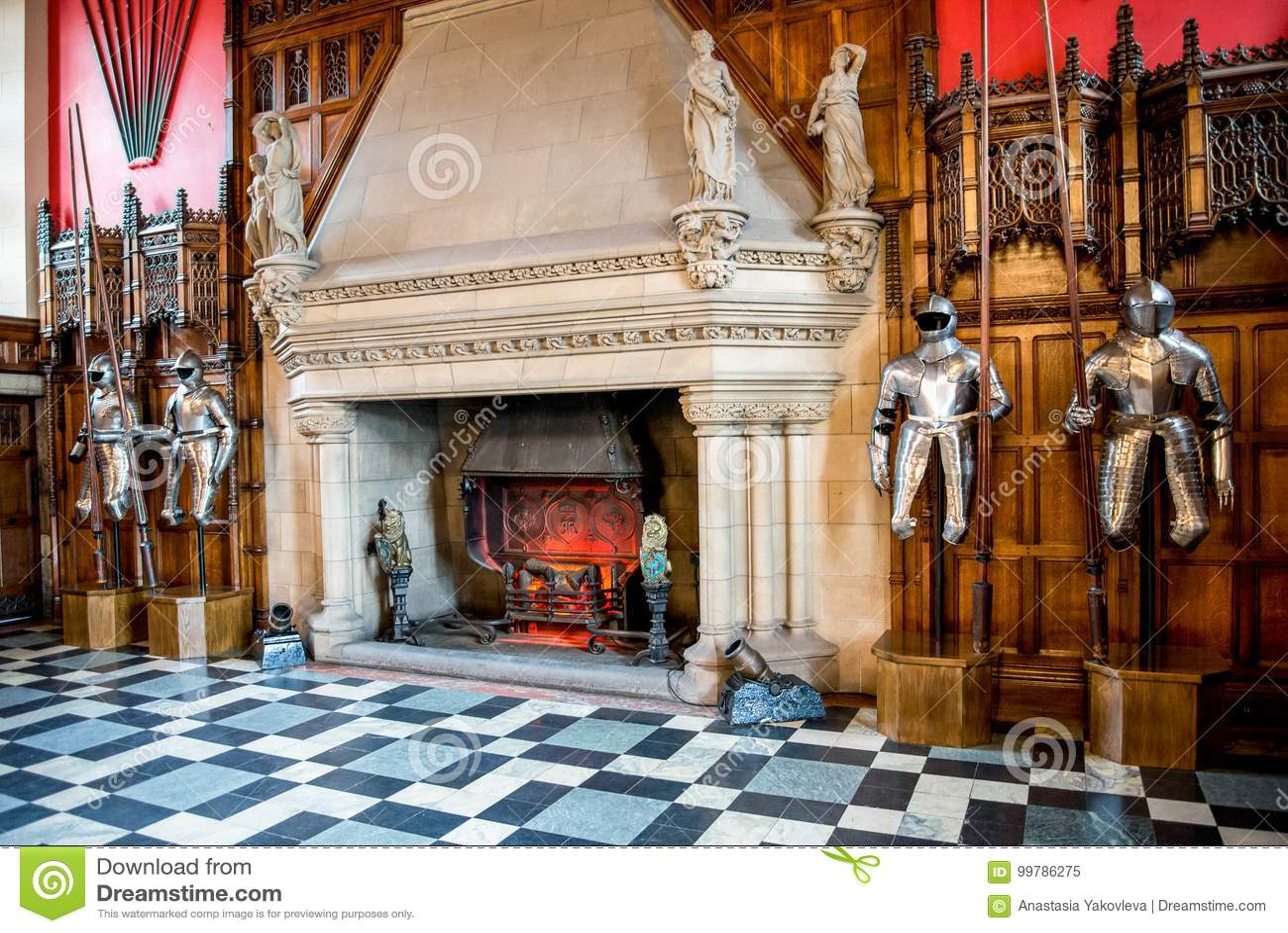 Riddareharnesk och en stor spis inom av stora Hall i Edinburgslott