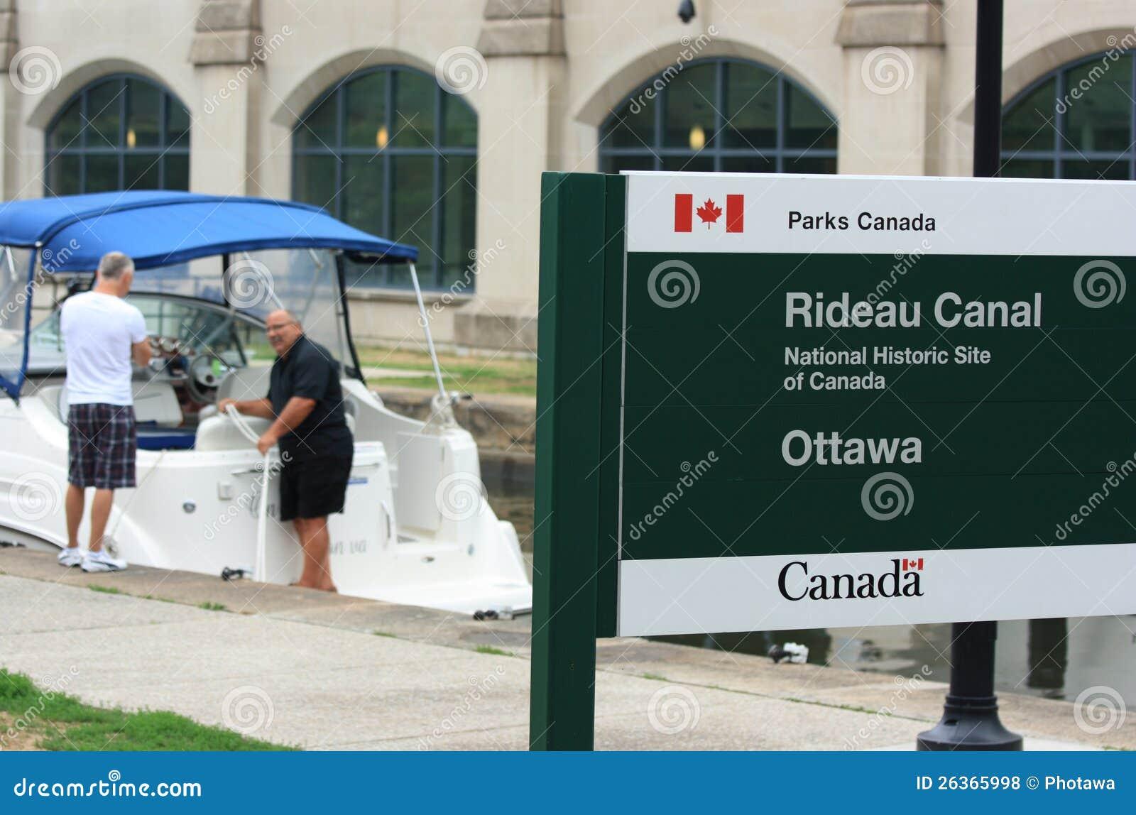 Rideau Kanal-Zeichen und Boot