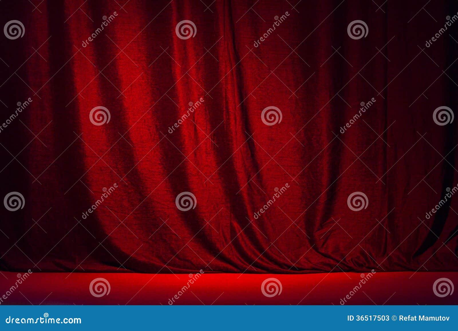 Rideau rouge et la scène. Ajy