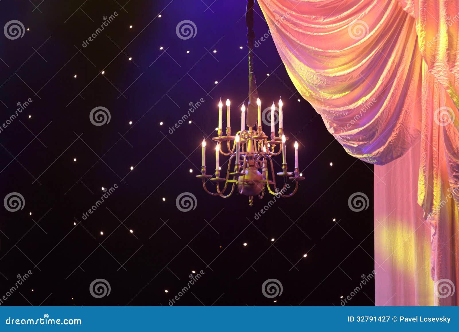 Rideaux avec l éclairage jaune et le lustre