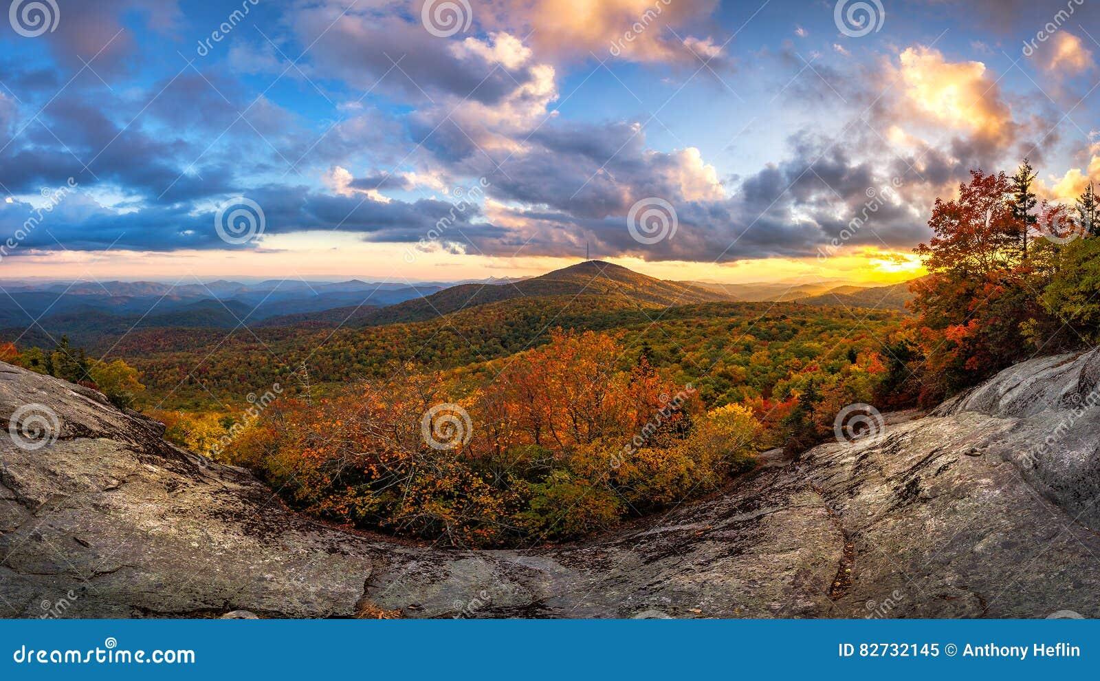 Ridge Mountains azul, por do sol cênico do outono