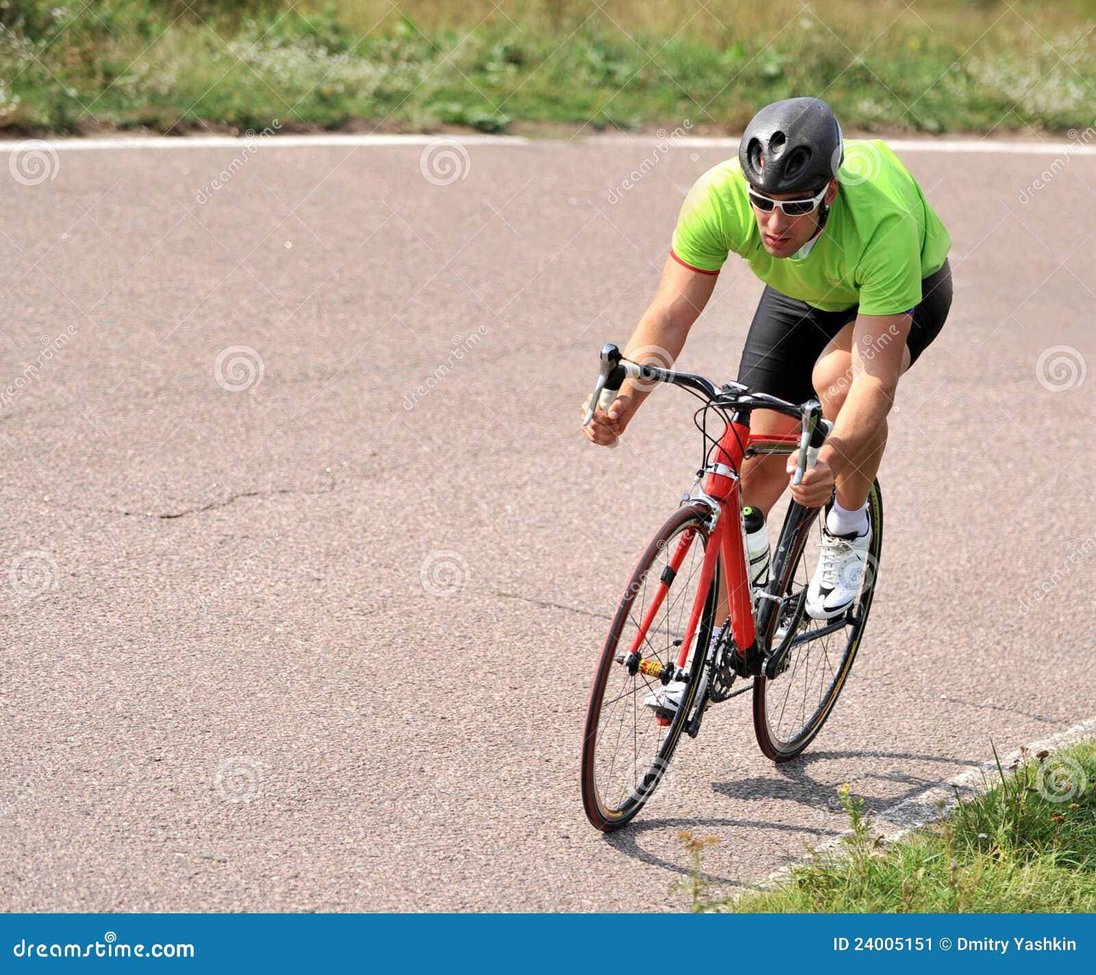 Riding велосипедиста велосипеда