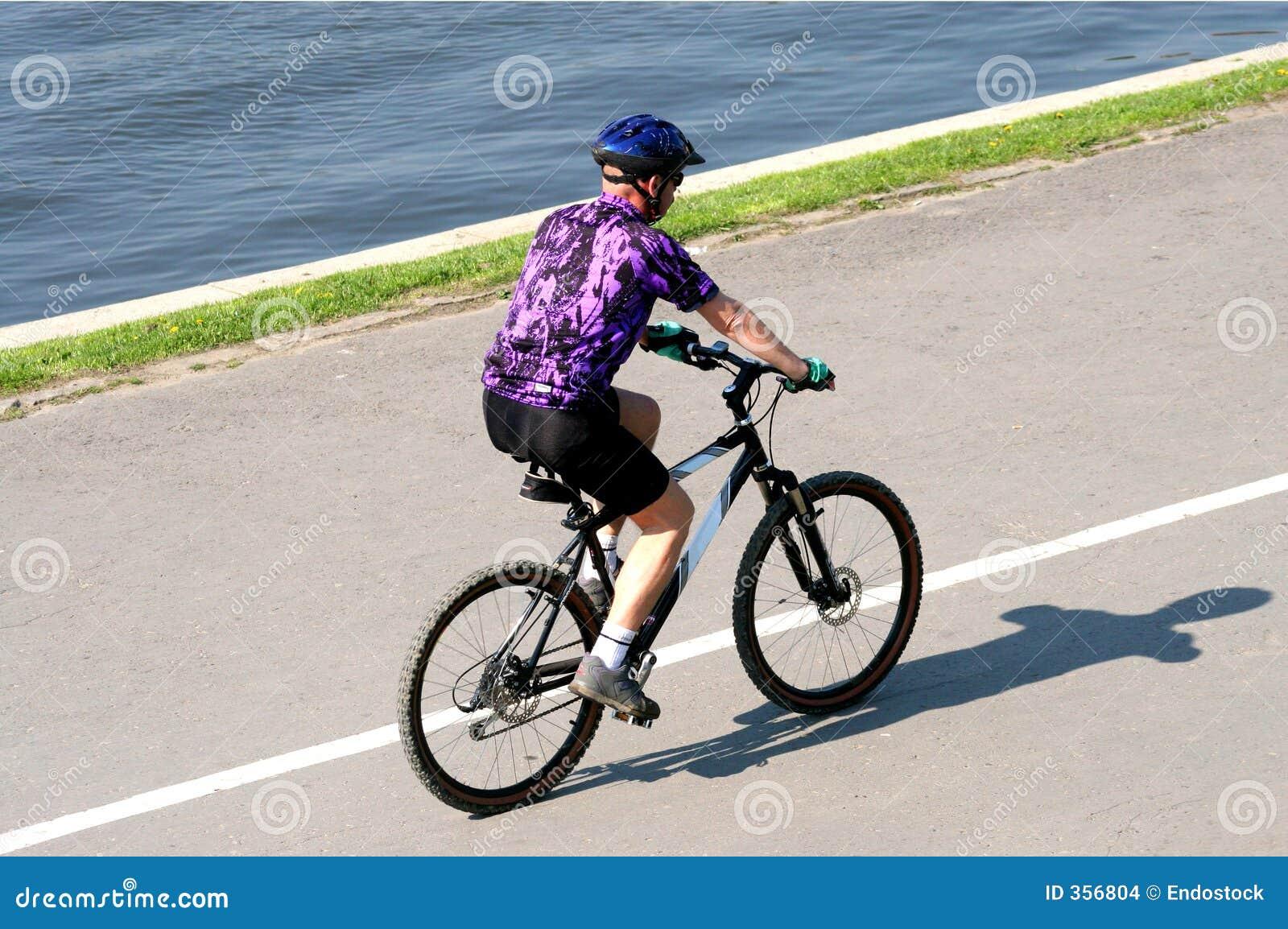 Riding dell uomo dell adulto sulla bicicletta della montagna
