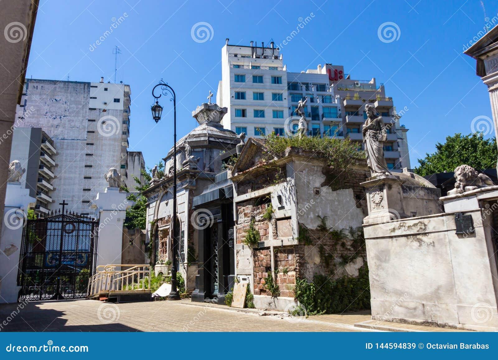 Ridit ut och murket hörn i den Recoleta kyrkogården i Buenos Aires