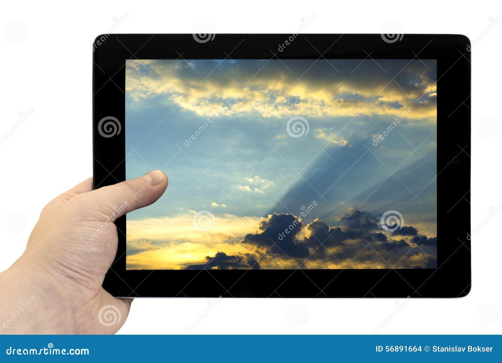 Riduca in pani il PC a disposizione con bello cielo blu con il fondo dorato del tramonto sullo schermo isolato