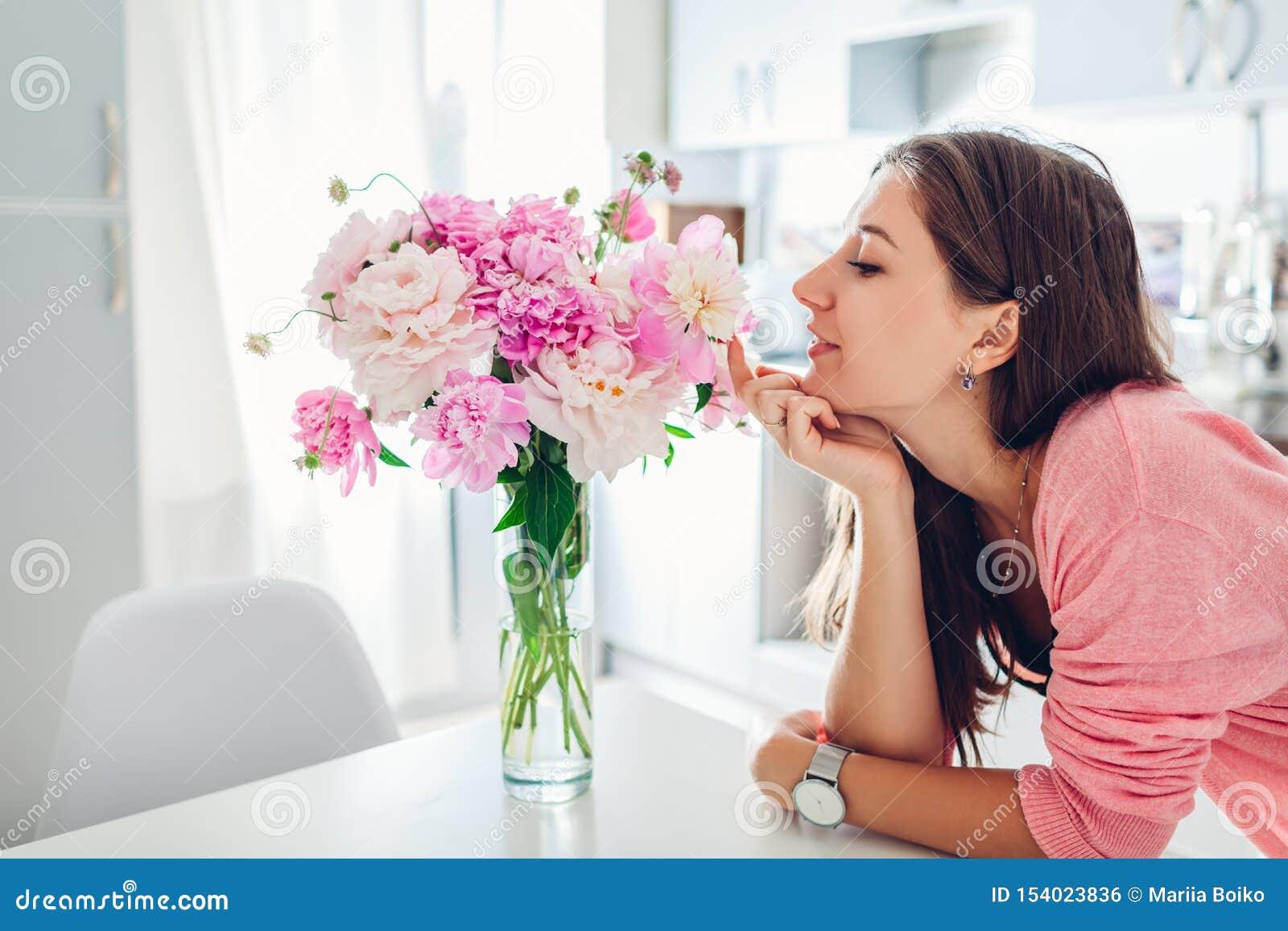 Riechender Blumenstrau? der Frau von Pfingstrosen Hausfrau, die Dekor und Innenraum der K?che genie?t S??es Haus