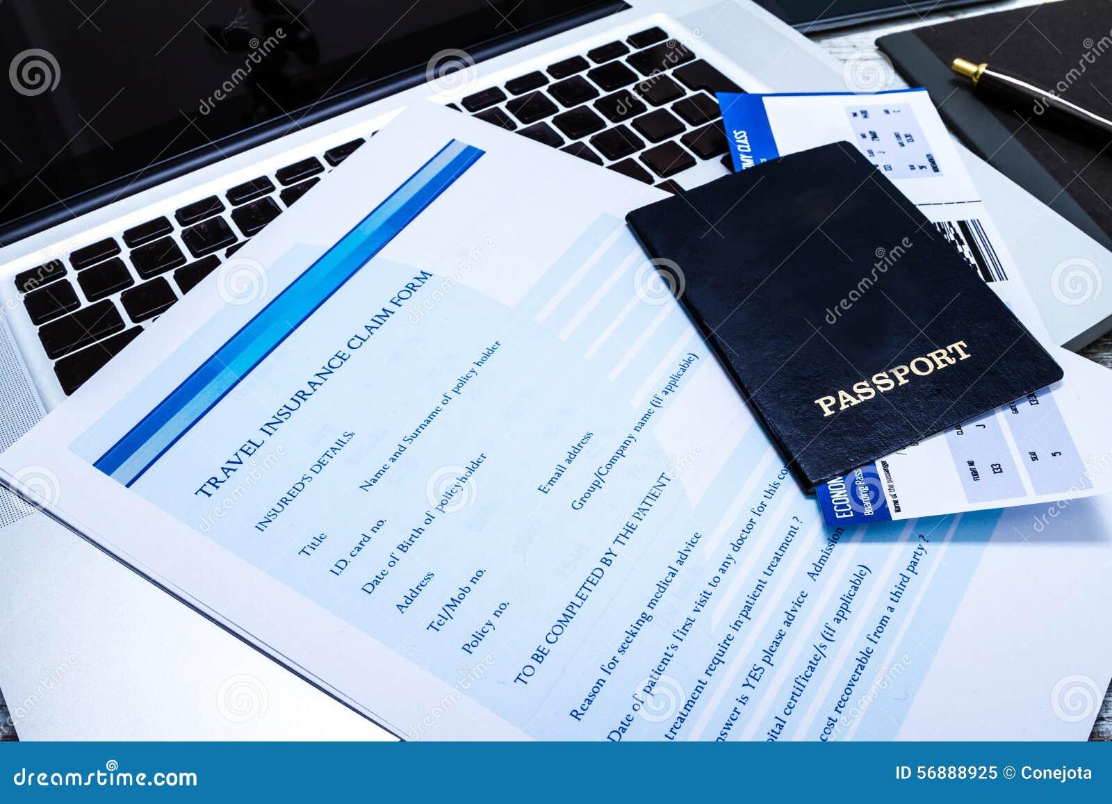 Riempimento della forma di reclamo di assicurazione di viaggio