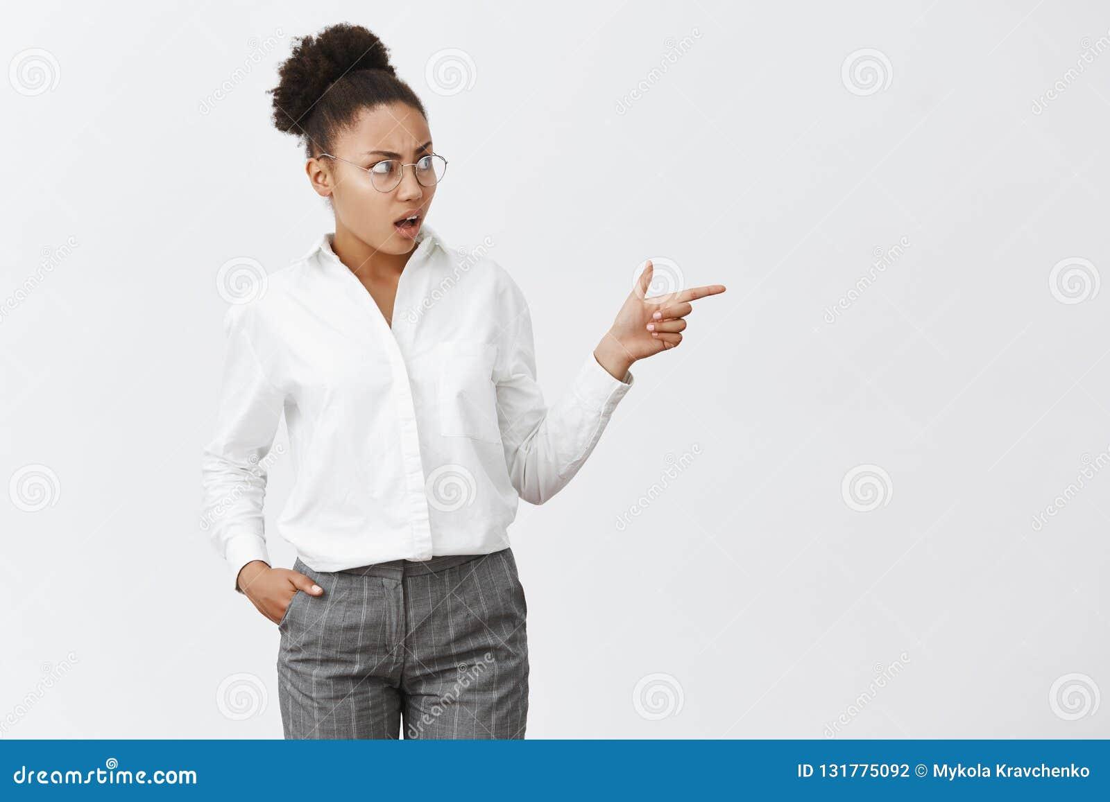 Rien, fille, ce qui vous portant Portrait de collègue féminin intense et confus contrarié avec la peau foncée en verres et