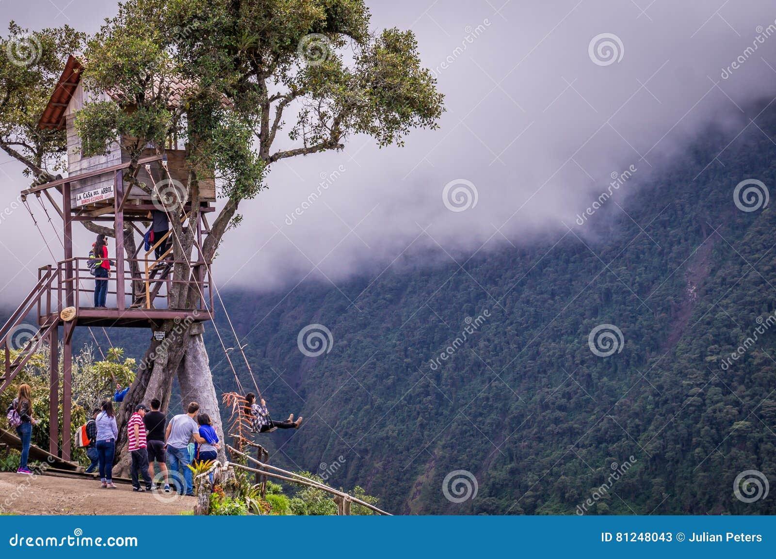 Riesiges Schwingen des Baumhauses in den Anden in Banos Ecuador