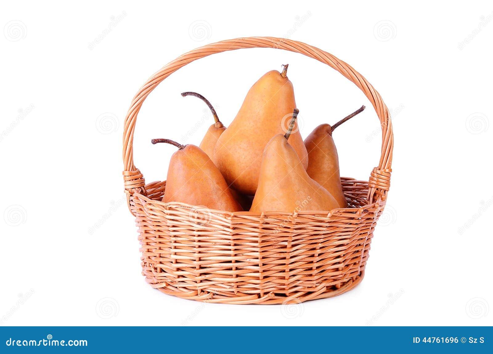 Rieten mand met vers die fruit op een wit wordt geïsoleerd