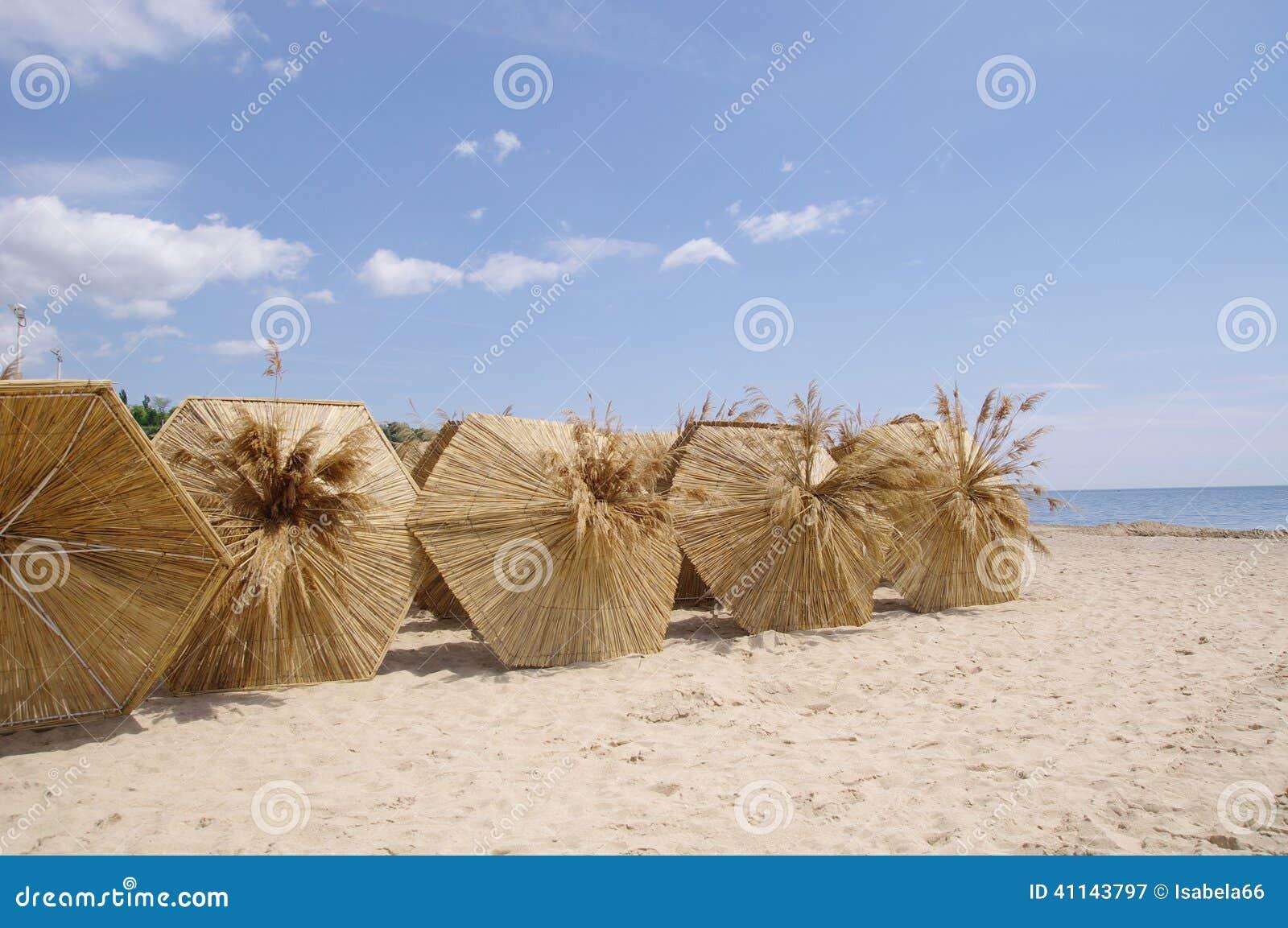 Rietparaplu op het strand die op de zomer wachten stock foto afbeelding 41143797 - Tent paraplu ...