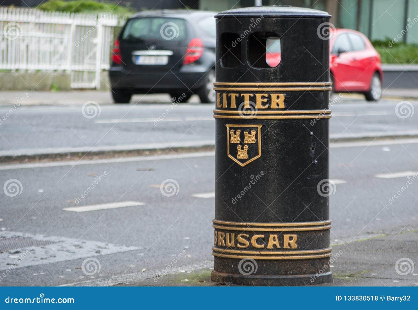 Rifiuti/bidone della spazzatura pubblici in una via a Dublino, Irlanda