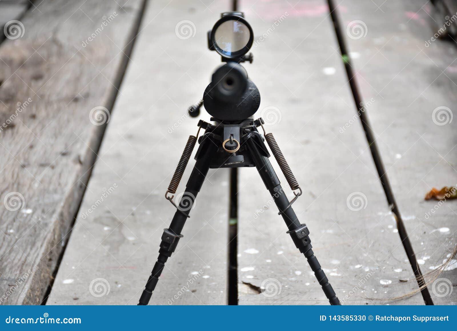 Rifle com um espaço e um bipod