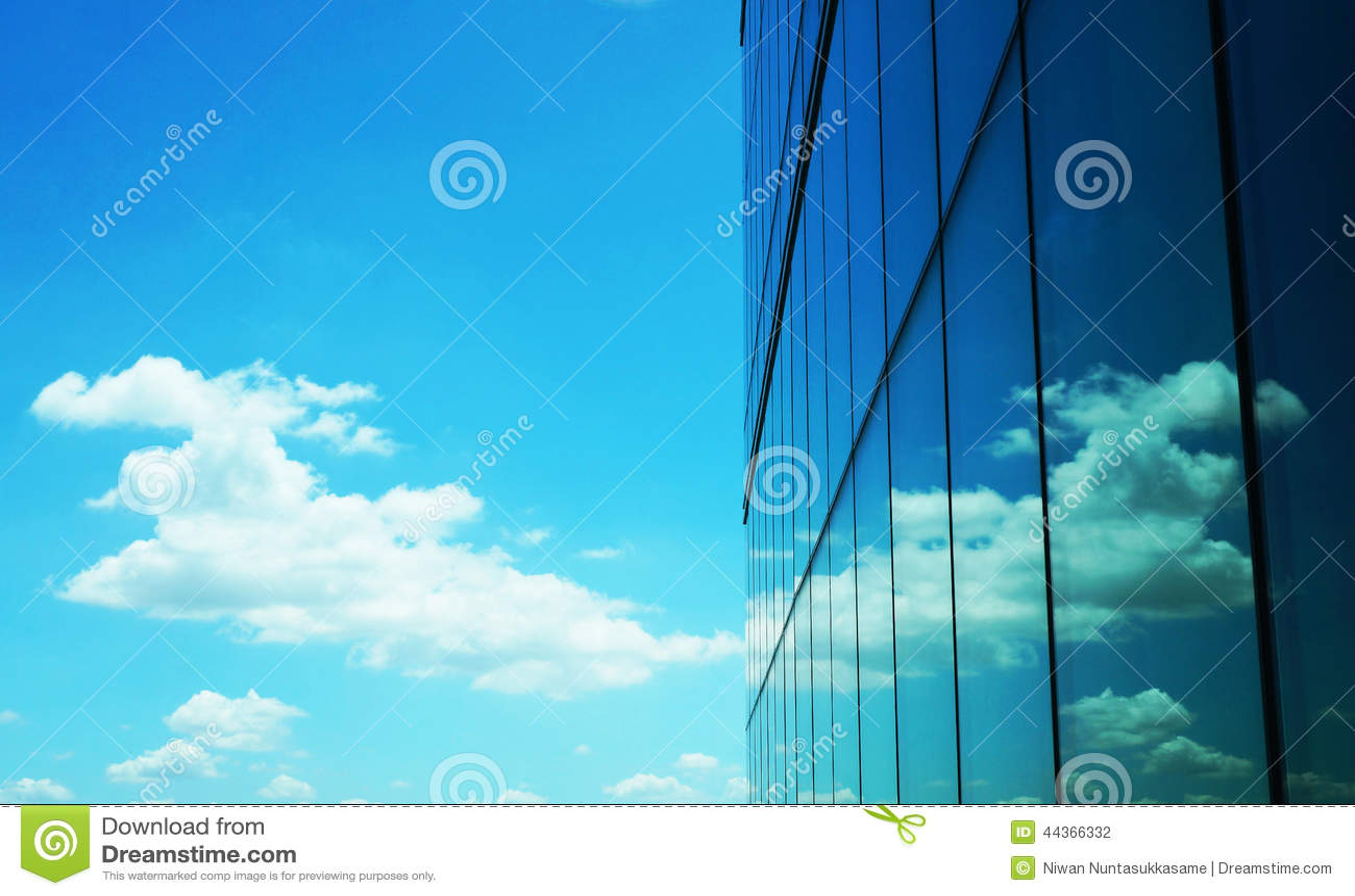 Riflessione della nuvola sul grattacielo