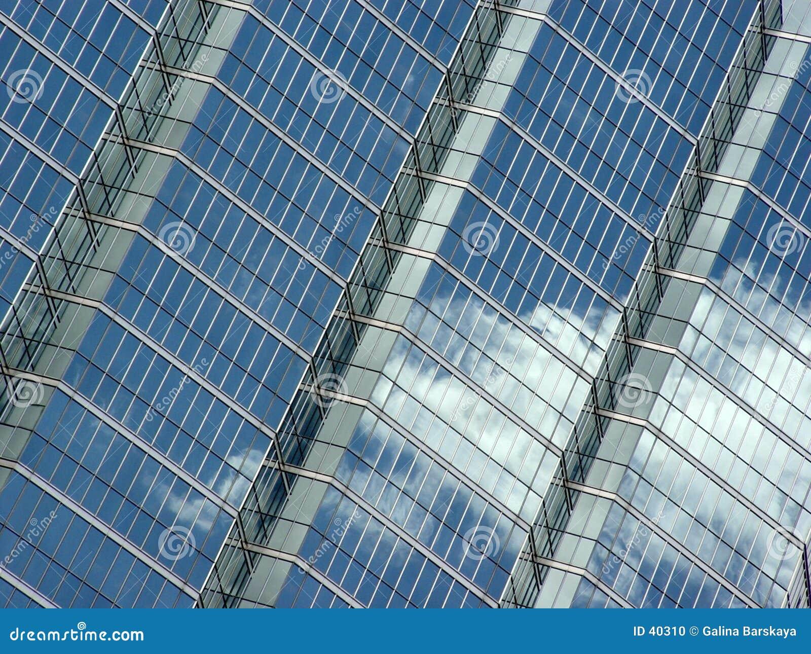 Riflessione delle nubi e del cielo blu