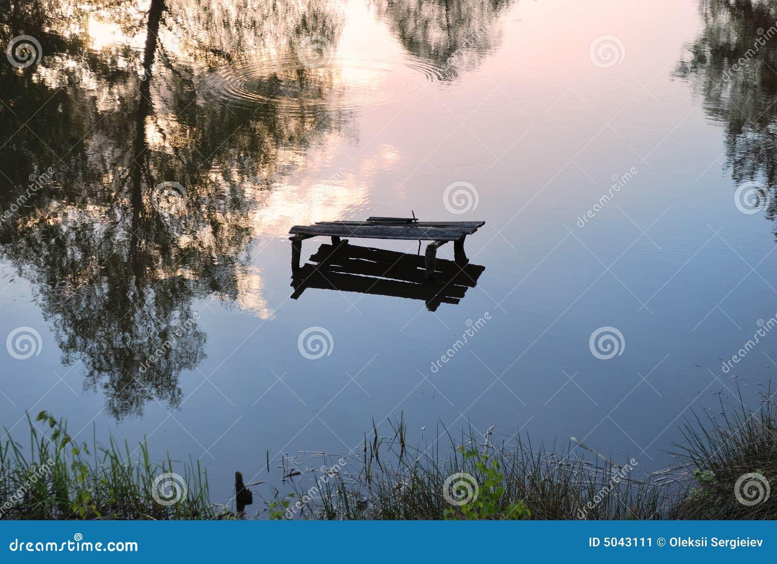 Riflessione in specchio del lago