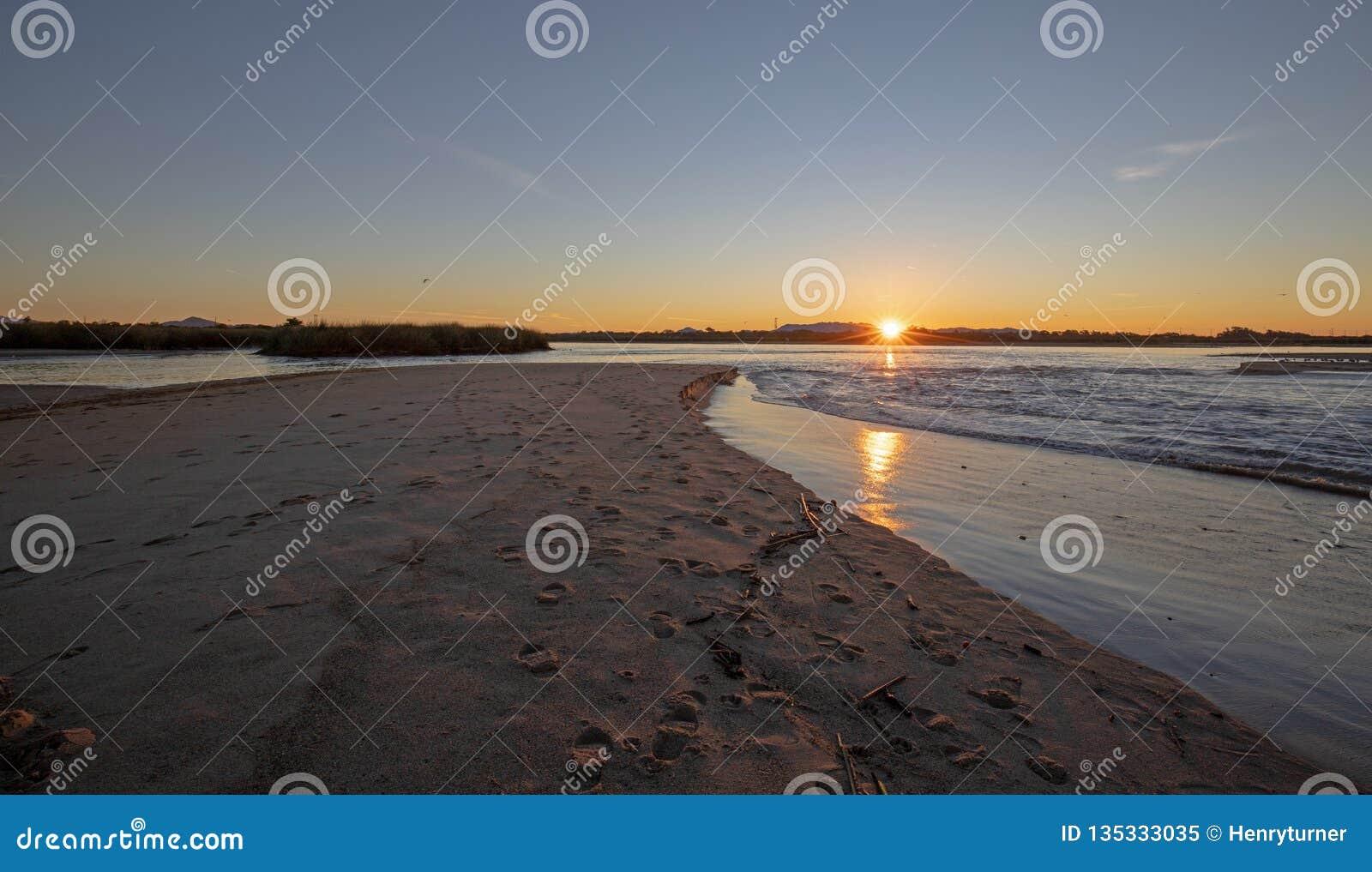 Riflessioni di alba sopra uscita di marea dell estuario del fiume Santa Clara al parco di stato di McGrath di Ventura California