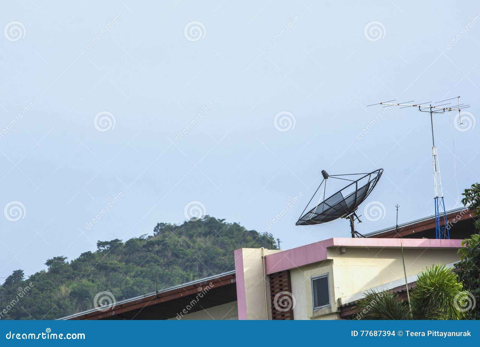 Riflettori parabolici per la comunicazione sulla costruzione