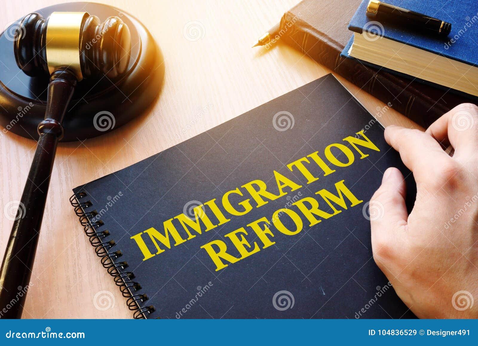 Riforma e martelletto di immigrazione su uno scrittorio