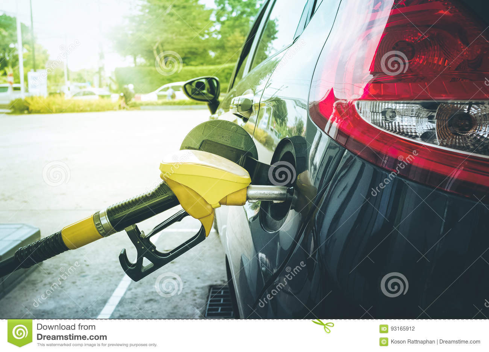 Rifornisca di carburante la pompa in automobile alla stazione di servizio