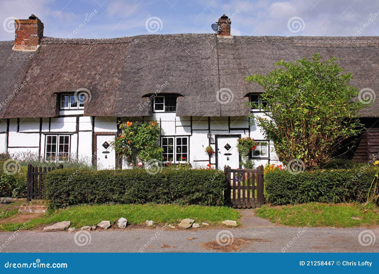 Riga dei cottage inglesi thatched del villaggio immagine for Planimetrie inglesi del cottage