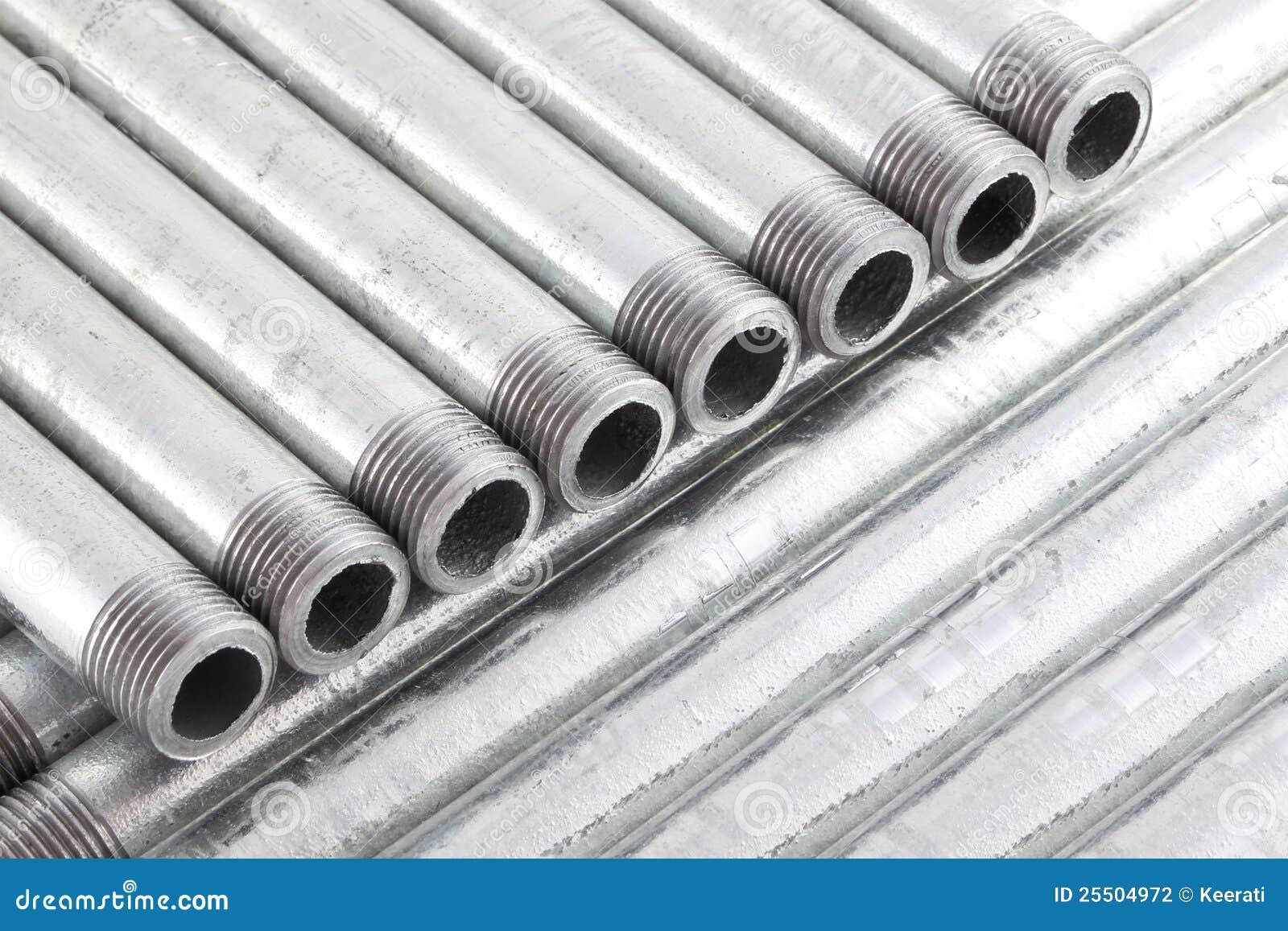 Riga del tubo di acqua del ferro con il filo fotografia for Materiale del tubo della linea d acqua