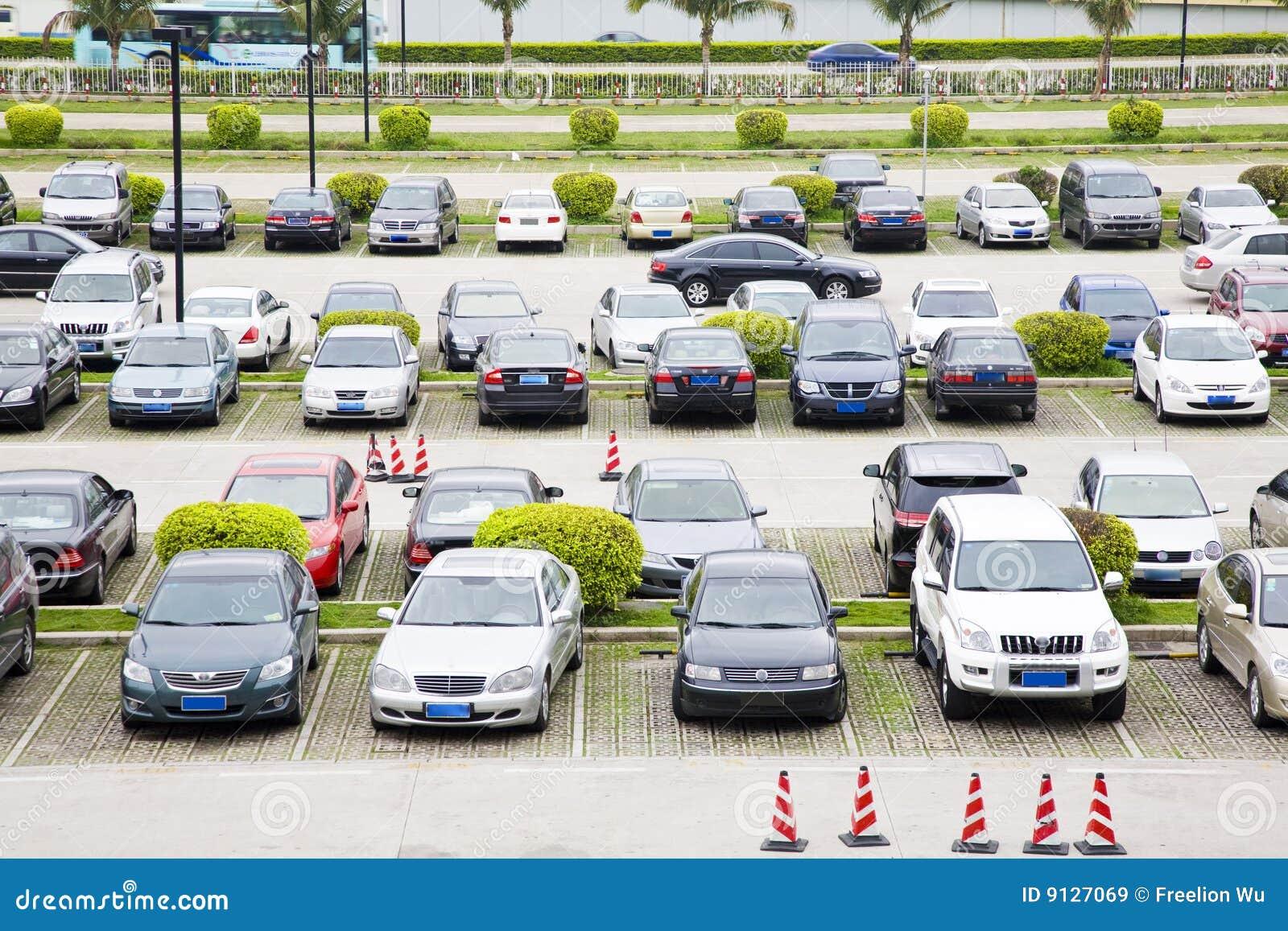 Riga delle automobili sul parcheggio