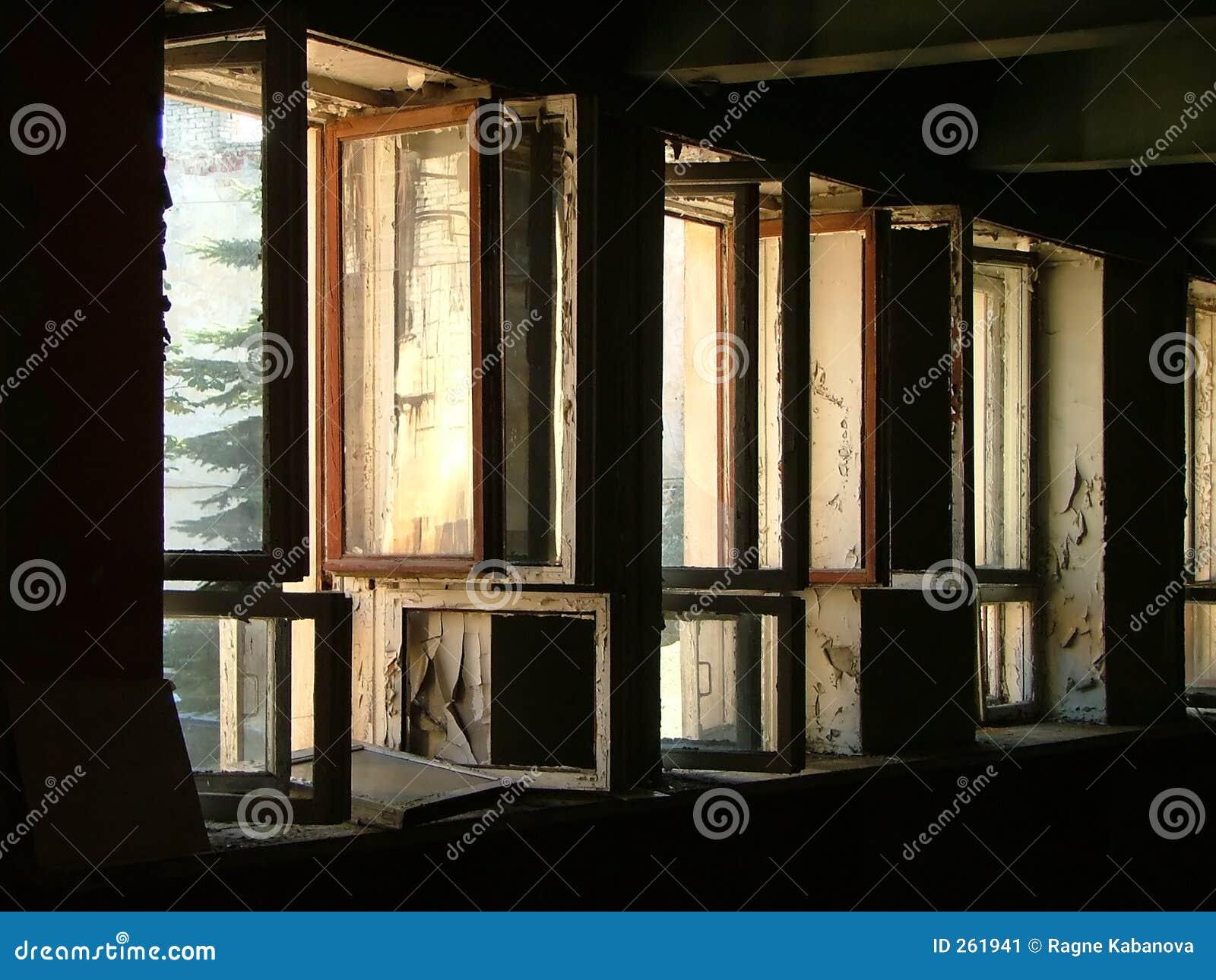 Riga delle finestre aperte immagine stock immagine di abbandonato 261941 - Antifurto finestre aperte ...