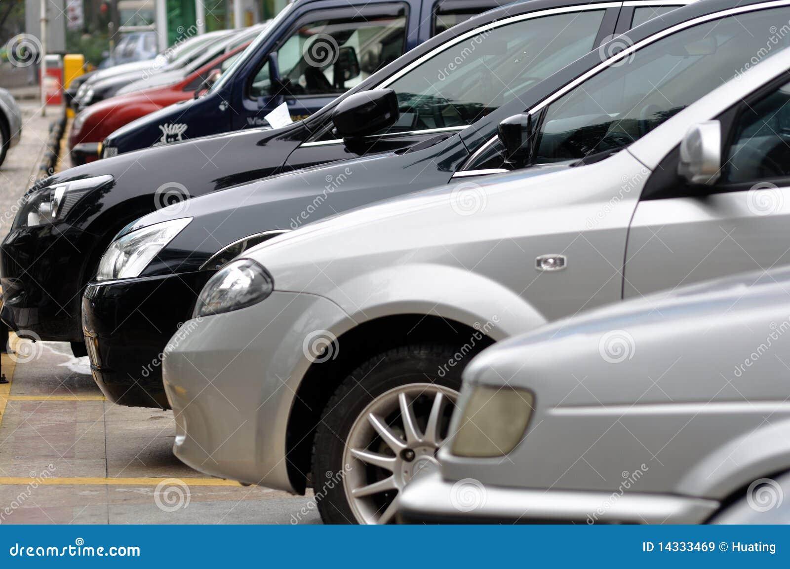 Riga di parcheggio delle automobili