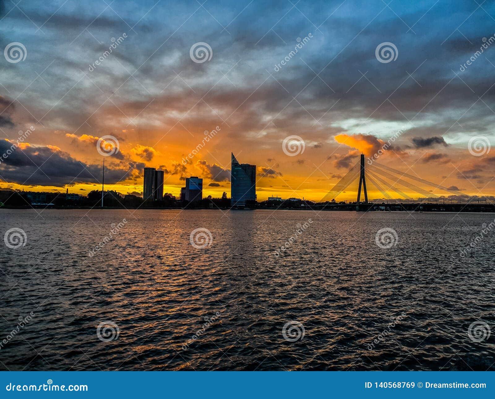 Riga i solnedgången från fågelsikt torn