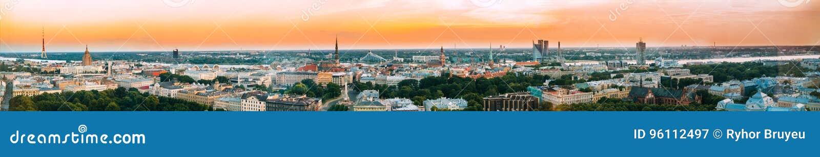Riga, Latvia Arquitetura da cidade do panorama da vista aérea no por do sol Torre da tevê