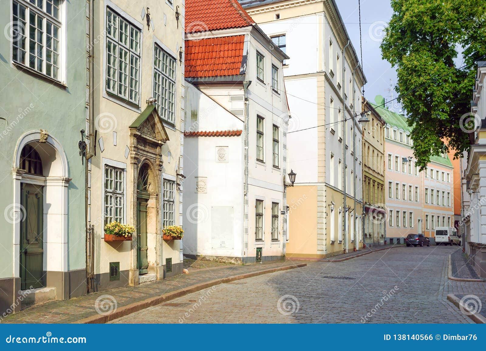 Riga, Latvia calles viejas cobbled de la ciudad de Riga