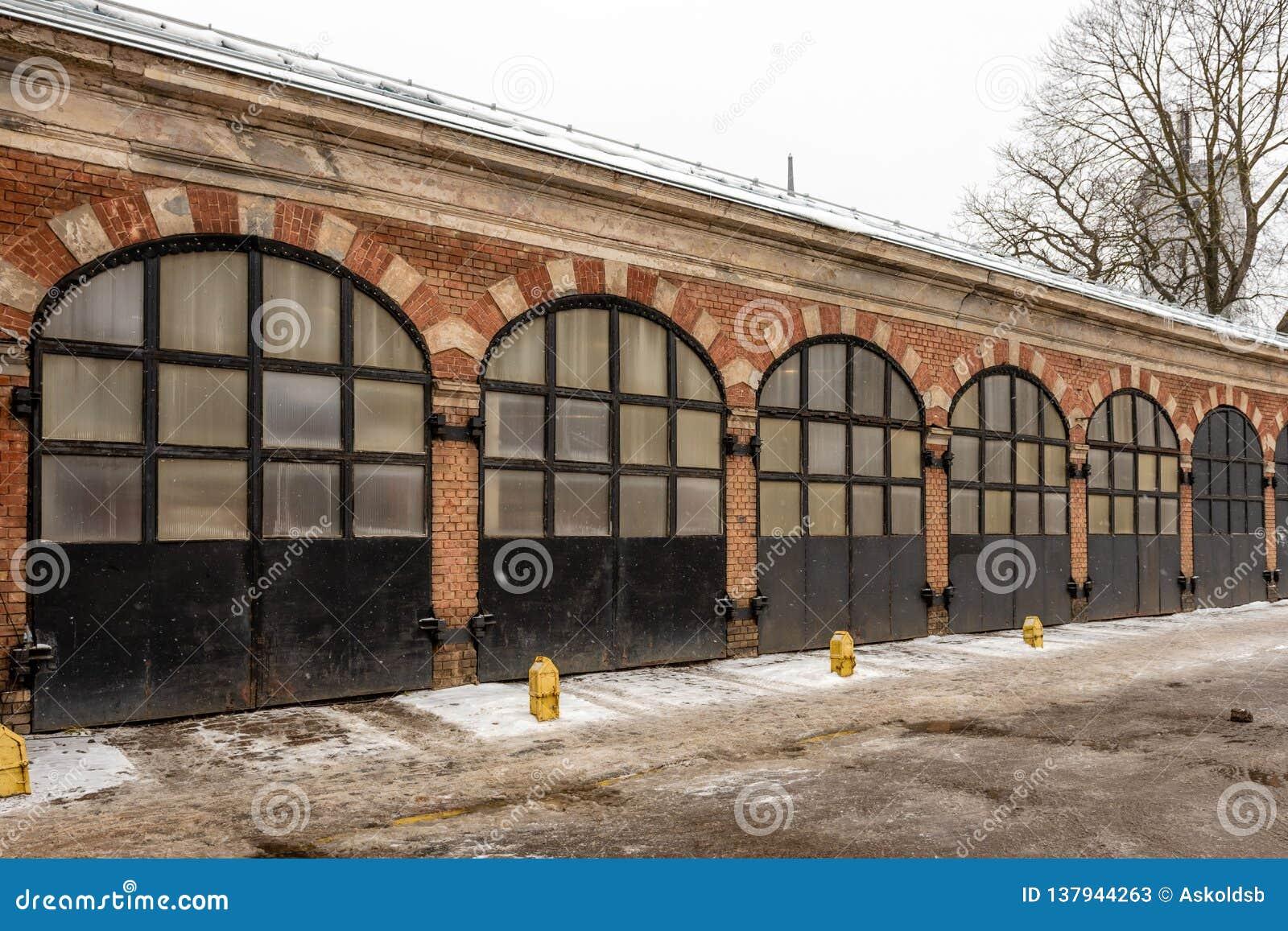 Riga latvia Construção velha do depósito do fogo com fileira da porta do metal