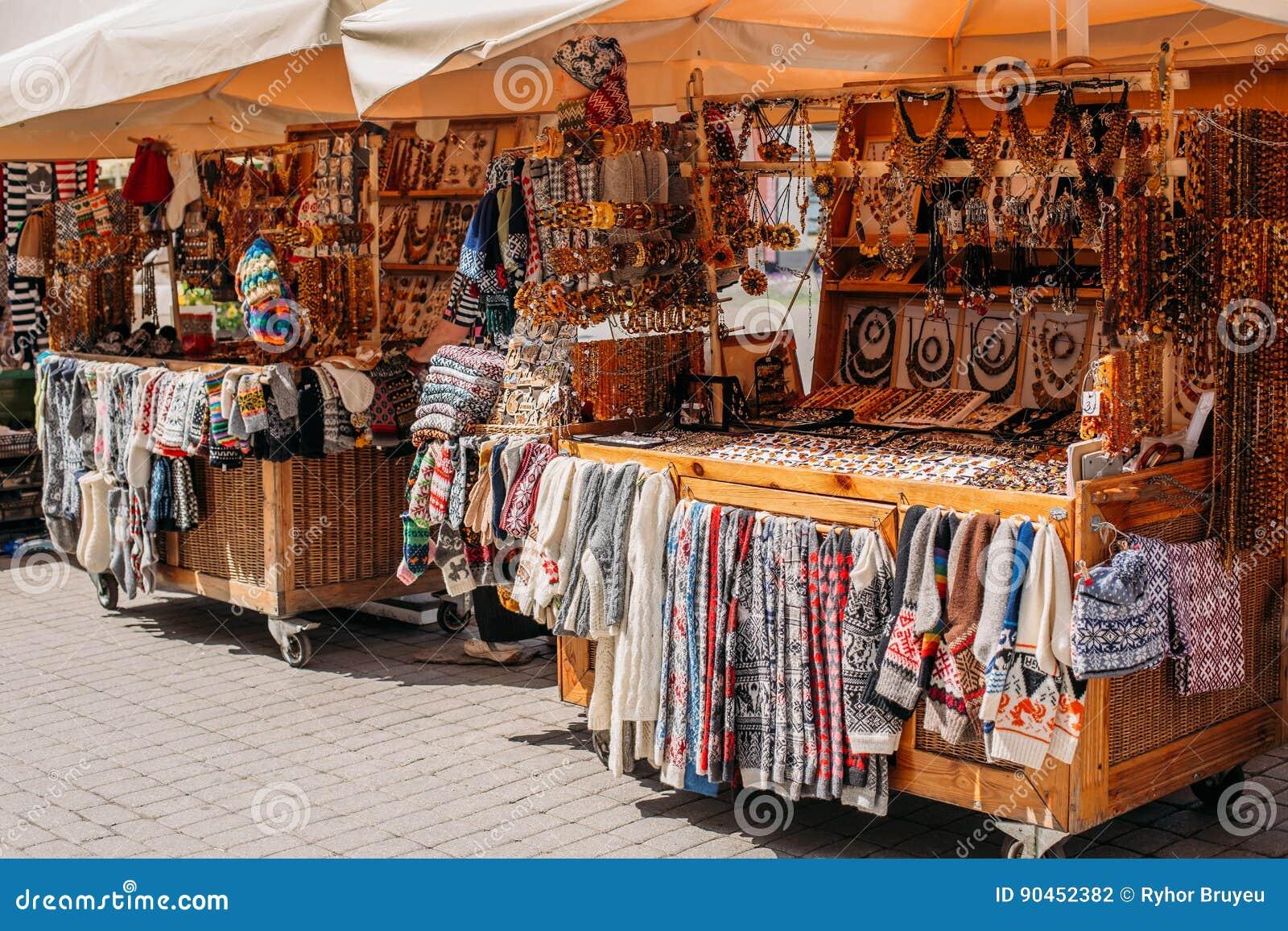 Riga, Latvia Mercado de rua no quadrado de Livu Casas de troca com