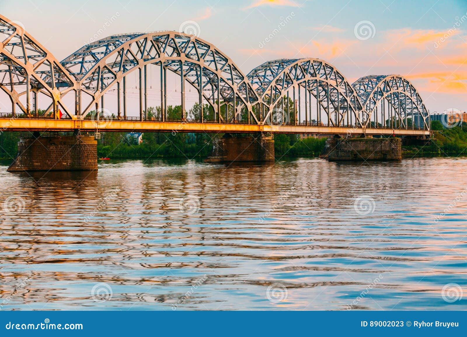 Riga, Latvia Ponte Railway através do Daugava ou do rio ocidental de Dvina