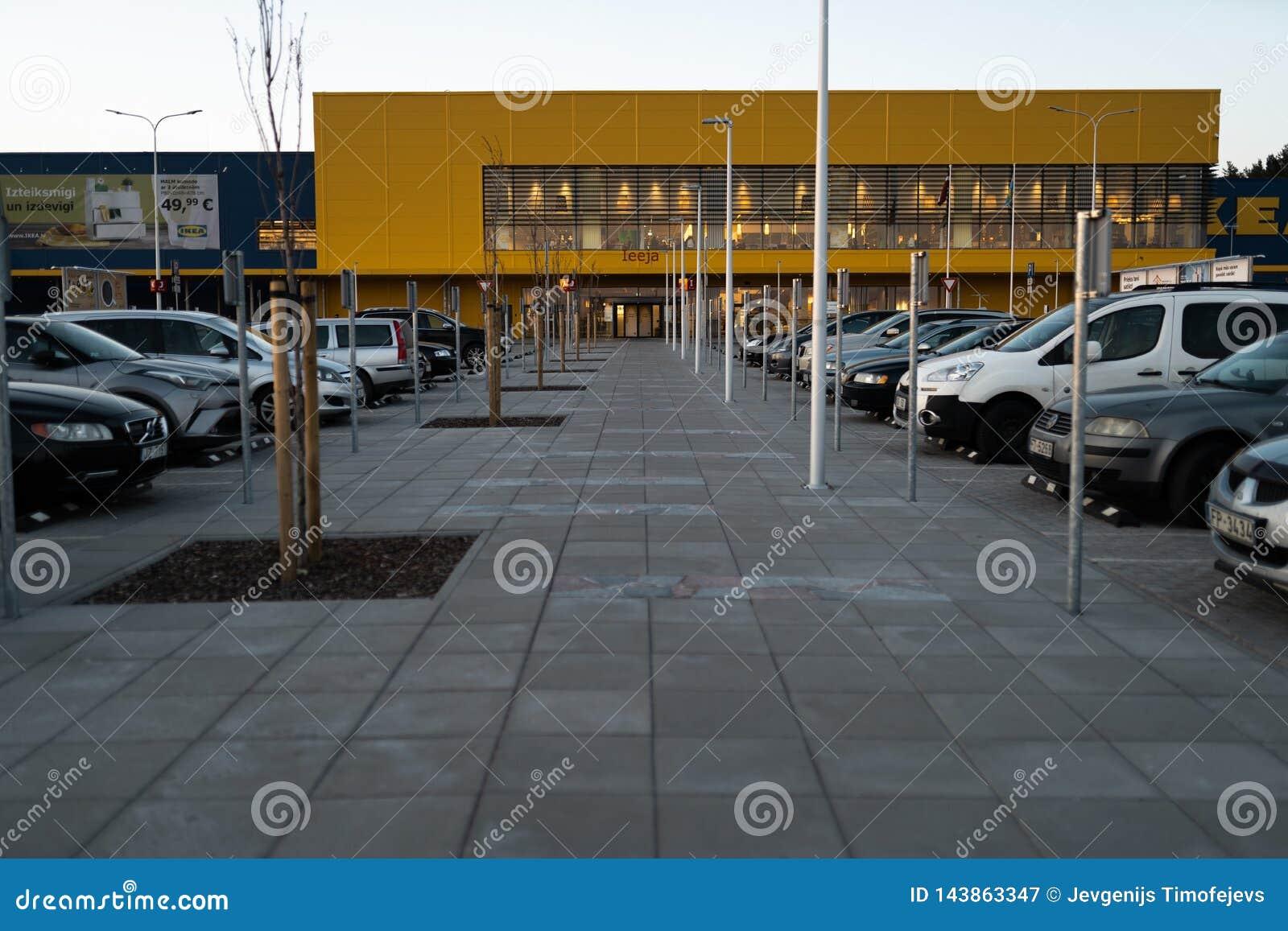 RIGA, LETLAND - APRIL 3, 2019: IKEA-wandelgalerij hoofdingang tijdens donkere avond en wind - Blauwe hemel op de achtergrond