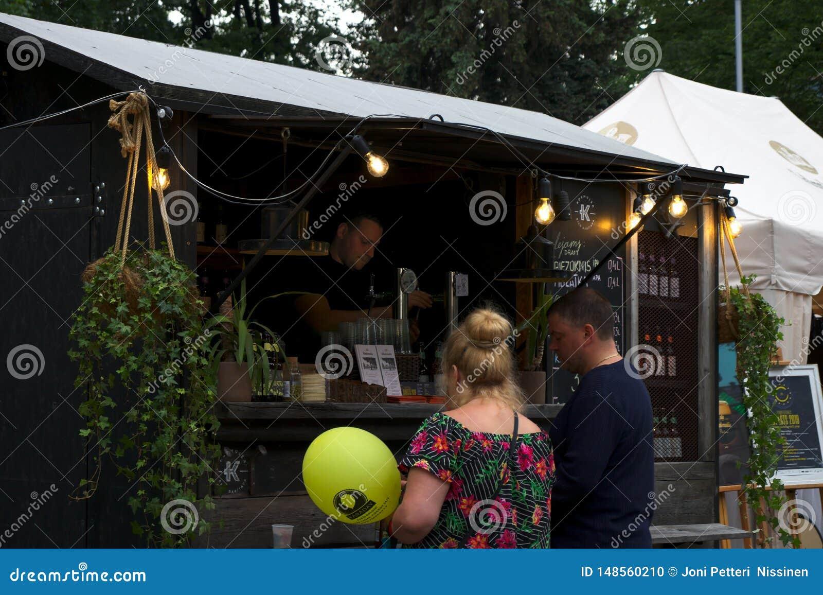 Riga, Letland - Mei 24 2019: Paar die heerlijk bier van barman kopen