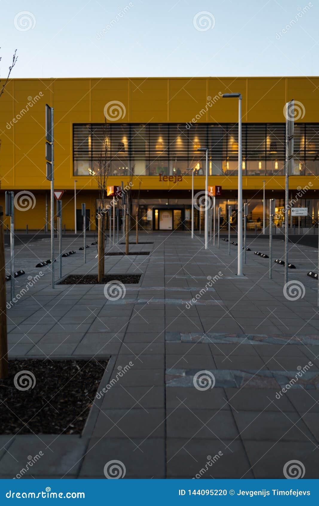 RIGA, LETONIA - 3 DE ABRIL DE 2019: Entrada principal de la alameda de IKEA durante la tarde oscura y viento - cielo azul en el f